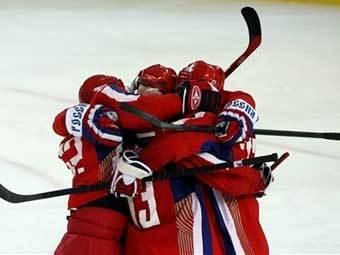 Хоккеисты сборной России празднуют победу. Фото AFP