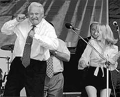 Борис Ельцин танцует на концерте во время предвыборной компании 1996 года, фото с сайта ffix1975.livejournal.com