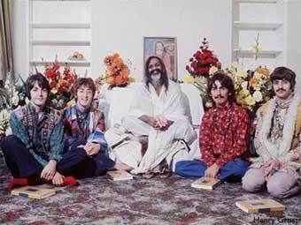 Махариши Махеш Йоги и участники The Beatles (1967). Фото с сайта wfial.org