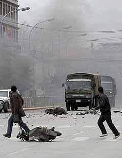 Протестующие тибетцы на улицах Лхасы. AFP
