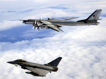 Истребитель британских Королевских ВВС  сопровождает бомбардировщик Ту-95МС. Фото пресс-службы Министерства обороны Великобритании
