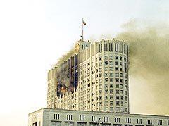Горящее здание Белого дома в Москве. Кадр телеканала НТВ,  архив