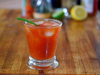 90 мл томатного сока 45 мл водки 15 мл лимонного сока 1 дэш...