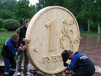Установка деревянного рубля на карнавале в Томске. Фото с сайта karnaval.rde.ru