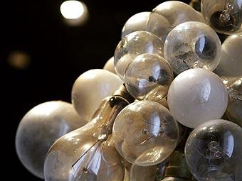 Инсталляция из использованных ламп накаливания в парижском музее. Фото �AFP