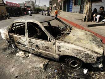 Сожженный автомобиль в Урумчи. Фото ©AFP