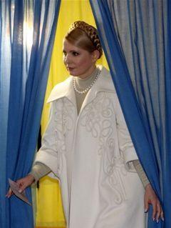 Тимошенко пришла на выборы в белом. Фото AFP