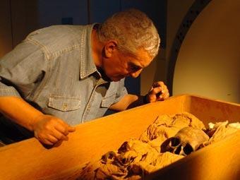 Захи Хавасс и останки Эхнатона. Фото с сайта археолога