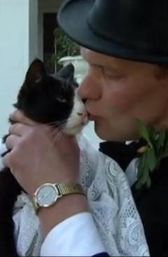 Поцелуй невесты. Кадр из видеозаписи с сайта Bild