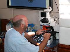 Крейг Вентер изучает образцы, собранные во время морской экспедиции. Фото с сайта jcvi.org