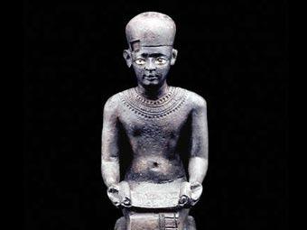 Статуэтка Имхотепа - архитектора древнейшей египетской пирамиды. Фото с сайта Британского музея
