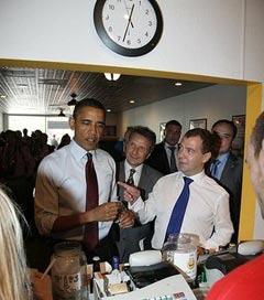 Барак Обама расплачивается за завтрак. Фото пресс-службы президента России