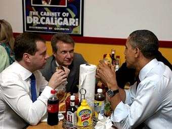 Дмитрий Медведев и Барак Обама в закусочной. Фото пресс-службы президента России