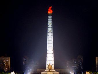 Монумент идей чучхе в центре Пхеньяна. Фото Martin Williams
