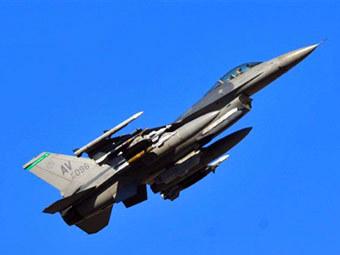 Американский истребитель поднимается с авиабазы в Италии для удара по Ливии. Фото ©AFP
