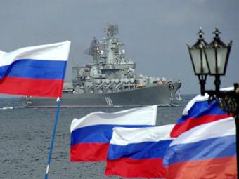 Российские флаги на набережной в Севастополе. Фото ©AFP