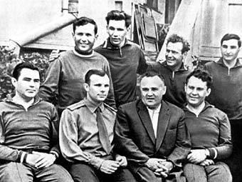 Первый отряд космонавтов. Юрий Гагарин сидит рядом с Сергеем Королевым. Фото с сайта sciential.ru