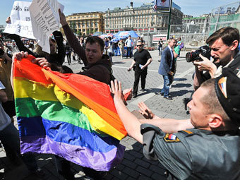 Я даже не знаю, кто хуже http://img.lenta.ru/articles/2011/05/30/inrainbows/picture.jpg