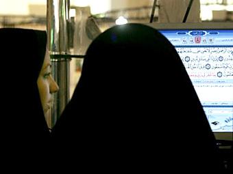 Иранские женщины читают Коран. Фото ©AFP