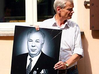 Участник митинга у посольства Австрии в Литве, 18 июля 2011 года. Фото ©AFP