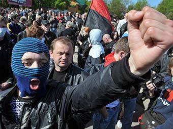 """Сторонники националистической организации """"Свобода"""" у мемориального комплекса """"Холм славы"""" во время акции протеста во Львове, 9 мая 2011 года. Фото ИТАР-ТАСС"""
