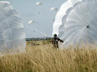 Боец ВДВ с парашютом Д-10. Фото с сайта mil.ru