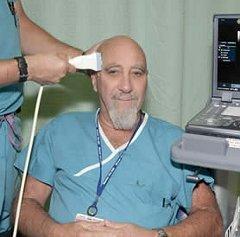 Стюарт Хамерофф делает транскраниальное УЗИ. Фото с личного сайта Хамероффа.