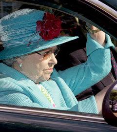 Елизавета II в автомобиле Jaguar. Фото Reuters