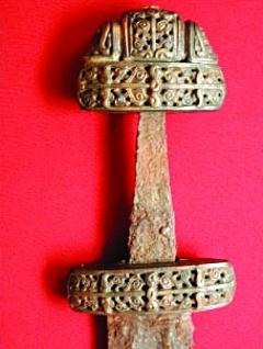 Меч. Цветной металл/железо/позолота. Найден в 1950 году.