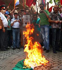 Акция протеста у посольства Венгрии в Ереване, 1 сентября 2012 года. Фото Reuters