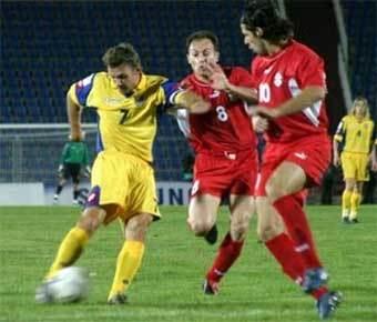 Андрей Шевченко борется с Леваном Кобиашвили и Георгием Гахокидзе. Фото Reuters