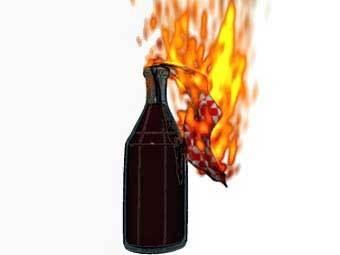 Неизвестные в субботу бросили бутылку с зажигательной смесью в здание...
