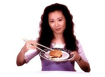 Китаянка ест гамбургер, фото с сайта wycliffe.org