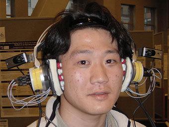 Хироюки и его адаптоэлектроокулографические наушники. Фото с сайта engadget.com