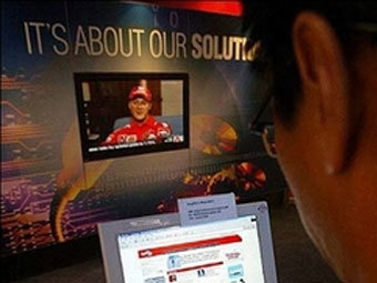 Сингапурский веб-серфер. Фото AFP