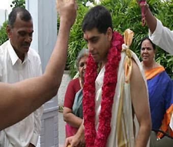 Житель индийской деревни взял в супруги гору