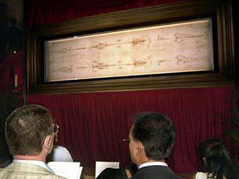 Плащаница, выставленная на обозрение в Туринском кафедральном соборе. Архивное (2000 год) фото AFP