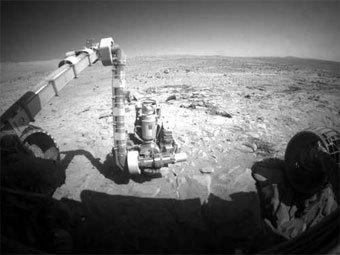 Одна из камер марсохода Spirit и поверхность Марса. Фото с сайта NASA