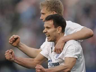Павел Погребняк (на заднем плане) и Константин Зырянов. Фото AFP