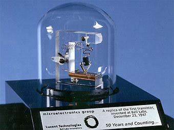 Первый в мире работающий транзистор. Примерно из таких, только в миллионы раз меньше, состоят современные микросхемы. И именно их ученые предлагают заменить мономолекулярными переключателями. Фото пользователя Ragesoss с сайта wikipedia.org