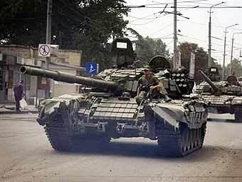 Грузинская танковая колонна. Фото AFP
