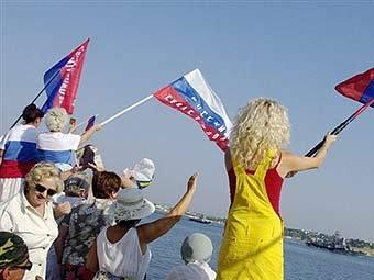 Жители Севастополя приветствуют российский корабль. Фото AFP