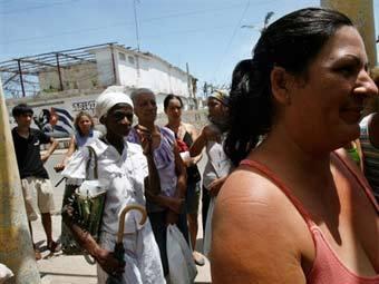 Кубинцы в очереди за гуманитарной помощью. Фото AFP