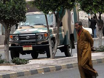 """Машина """"Скорой помощи"""" с ранеными в результате теракта у здания посольства США в Сане. Фото AFP"""