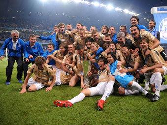 """Футболисты """"Зенита"""" с Кубком УЕФА. Фото AFP"""