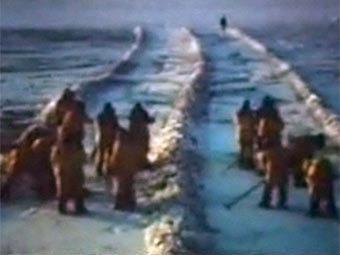 Видеозапись поисковых работ на месте крушения бомбардировщика США в Гренландии, попавшая в распоряжение корреспондентов BBC