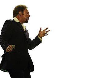 Том Джонс дал благотворительный концерт на улице Лондона