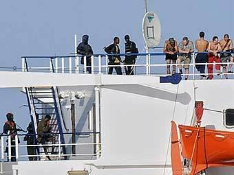 """Пираты и члены экипажа на борту """"Фаины"""". Фото ©AFP"""