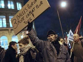 Парижские демонстранты у посольства Греции. Фото ©AFP