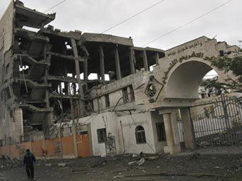 Здание парламента палестинской администрации в Газе после израильской бомбардировки. Фото ©AFP